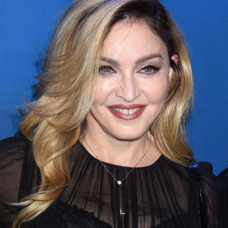 <center><b>Мадонна сплясала на столе (видео)</center></b>