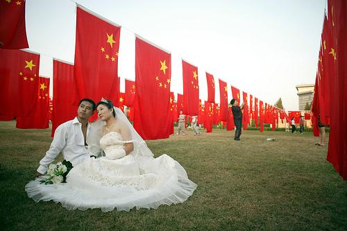 <center><b>Китаец в платье довел до алтаря 11 мужчин</center></b>