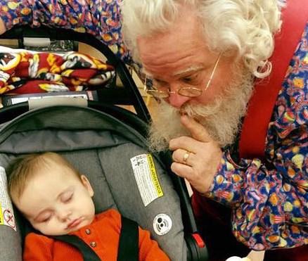 <center><b>Фотографии спящих малышей с Сантой стали новым трендом</center></b>