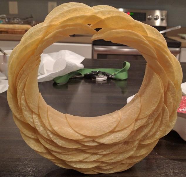 Народ строит фигуры из чипсов. Попробуй и ты!