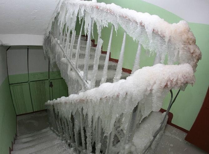 Коммунальщики покрасили лед вместе с подъездом