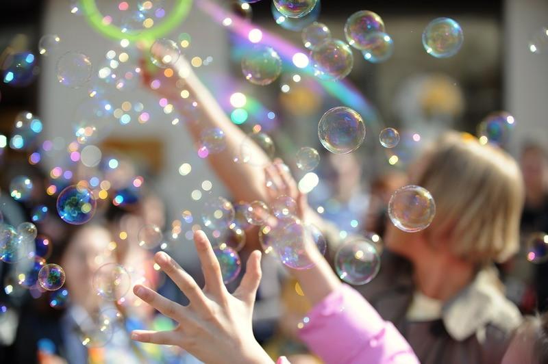 Мыльные пузыри заполонили бухту Гонконга