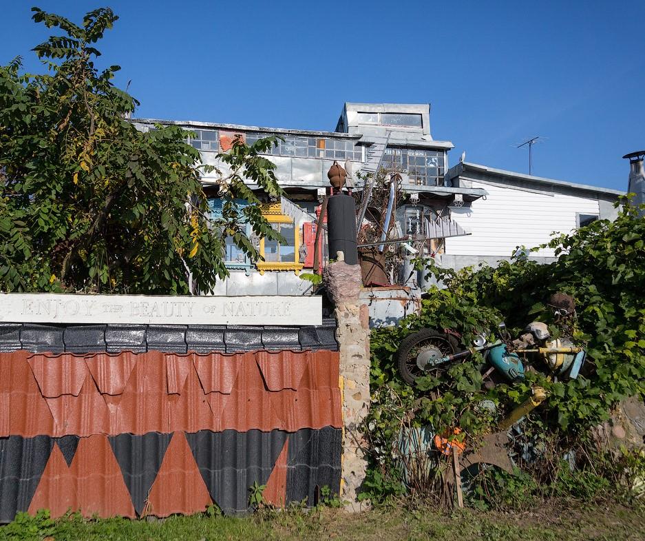 Белорус построил дом из мусора (фото)