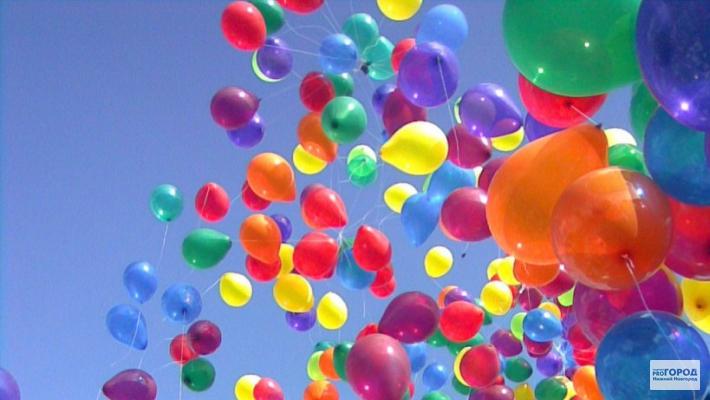 <center><b>В чикагском ресторане кормят воздушными шарами</center></b>