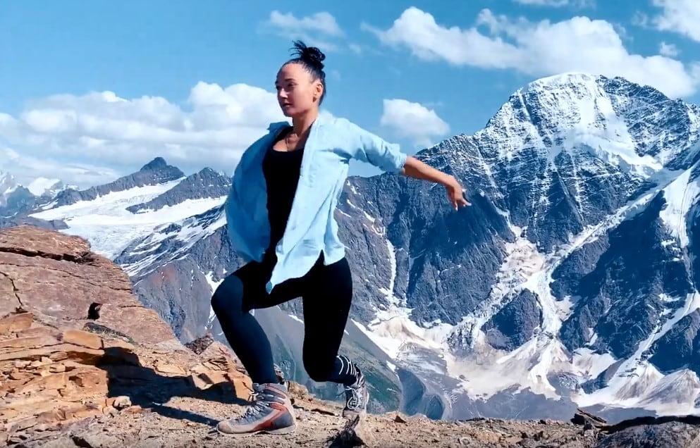 Сибирячка станцевала на вершине Эльбруса