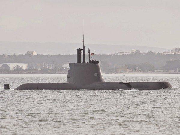 <center><b>Французские рыбаки поймали подводную лодку</center></b>