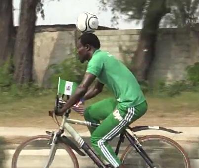 103 километра на велосипеде с мячом на голове (видео)