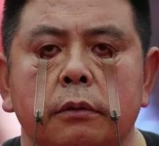 Китаец поднимает тяжести глазами (видео)