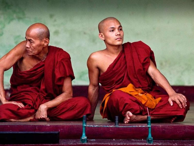 <center><b>Буддийские монахи переучиваются на парикхмахеров </center></b>