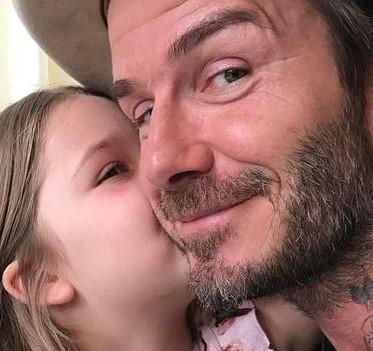 Бекхэм учит дочь играть в футбол