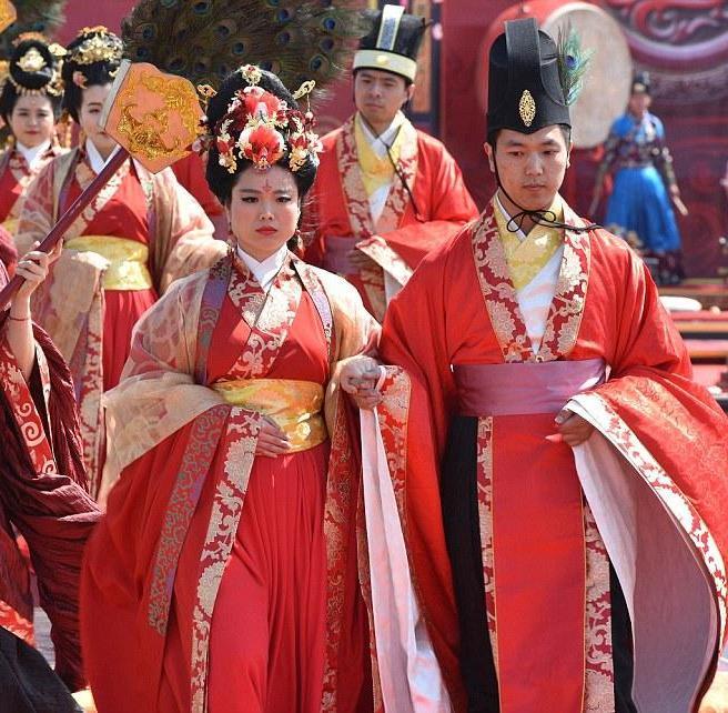 <center><b>В Китае одновременно поженились 66 пар</center></b>