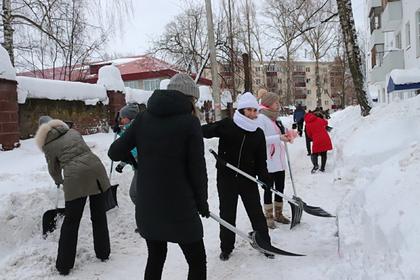 Российских чиновников заставили убирать снег