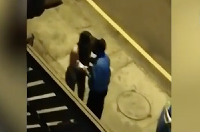 Полицейский взял взятку поцелуем и лишился работы