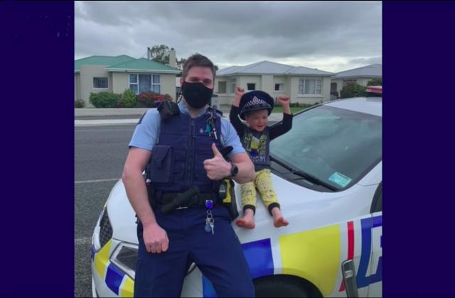 Мальчик вызвал полицию, чтобы показать свои игрушки