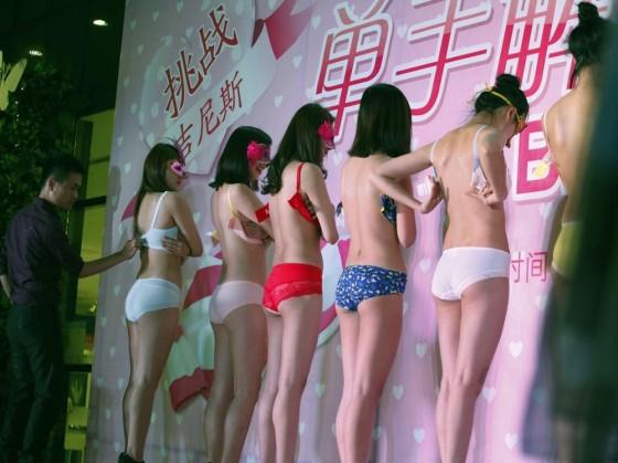 <center><b>Китайцы расстегивают лифчики на скорость</center></b>